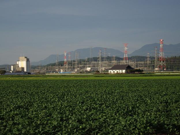 田畑と建設中のカントリーエレベーター&秋田変電所