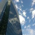 ビルに映る青空