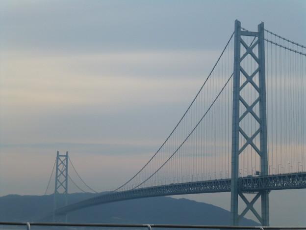 雄大な明石海峡大橋を眺める