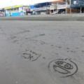 砂に描かれたジバニャン@片瀬西浜