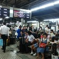 台風の影響で混雑する新大阪駅