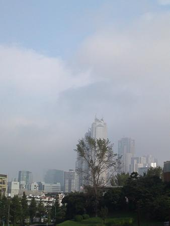 高層ビルも秋空に浮かび