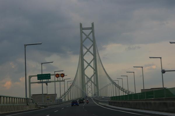 暗くなりかけの空と明石海峡大橋