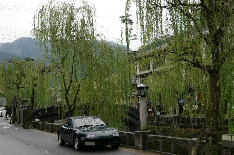 城崎温泉の川沿いに並ぶ柳の木とユーノスロードスター