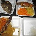 写真: 晩ご飯は屋台で買ったBBQ弁当