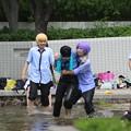写真: 暑いので水辺で遊ぶ女子学生