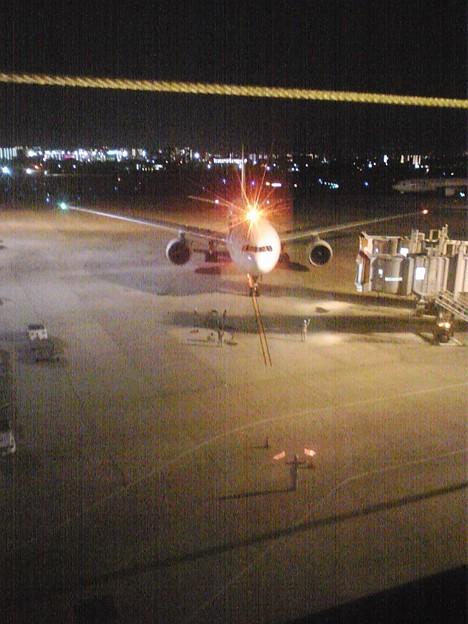 夜の空港は迫力があっておもしろいですね。いきなり目の前を飛んだり降りたりしています。