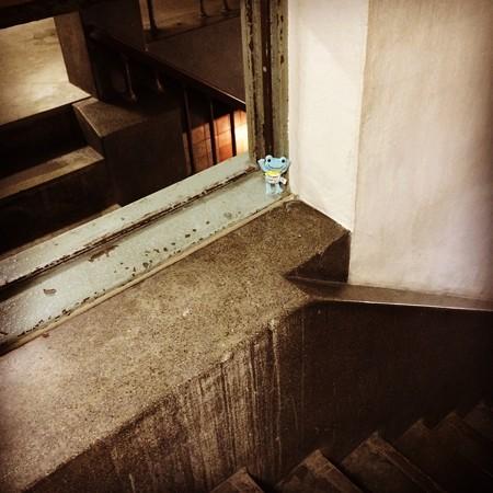 奥のビルの階段